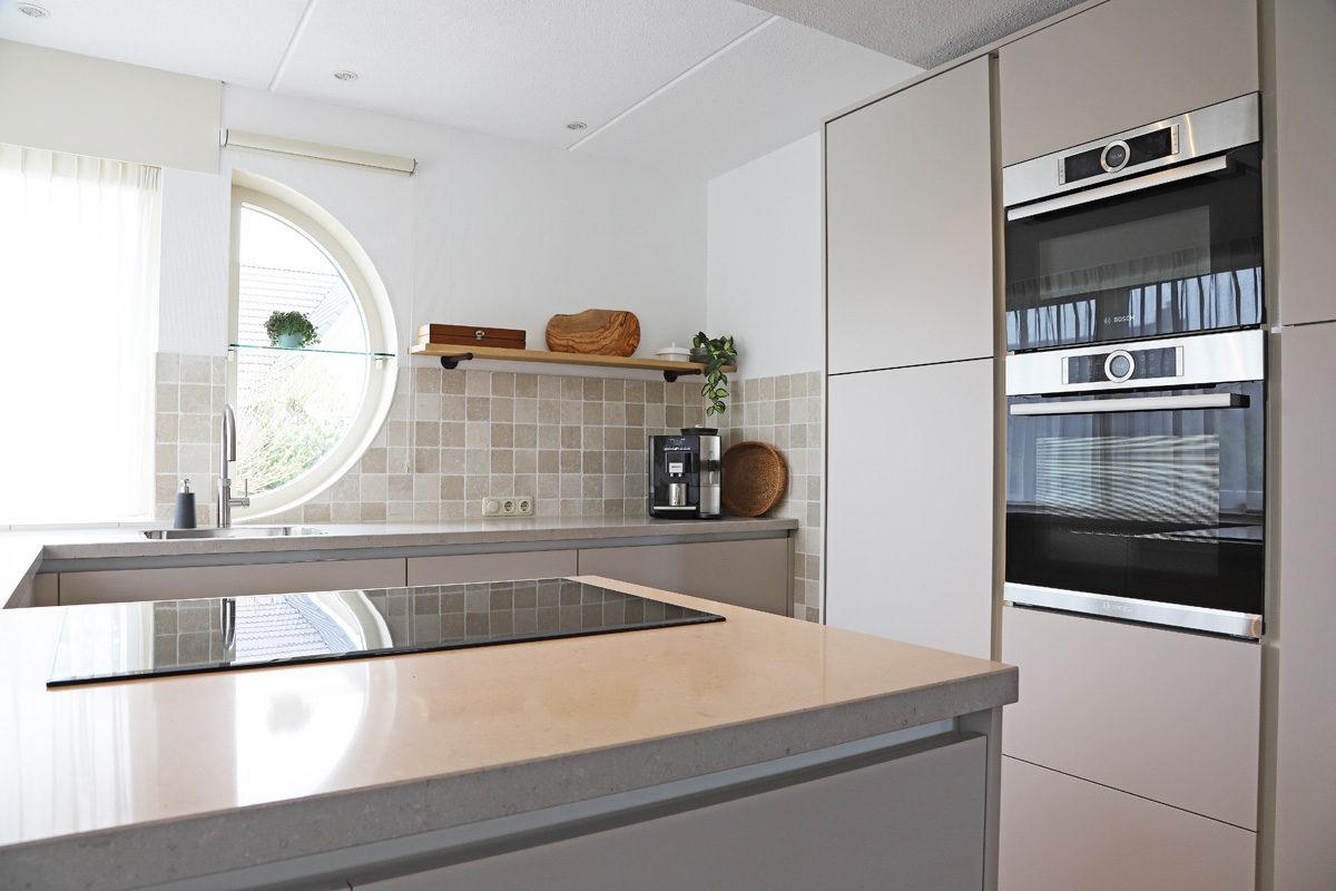Een keuken in zachte natuurtinten